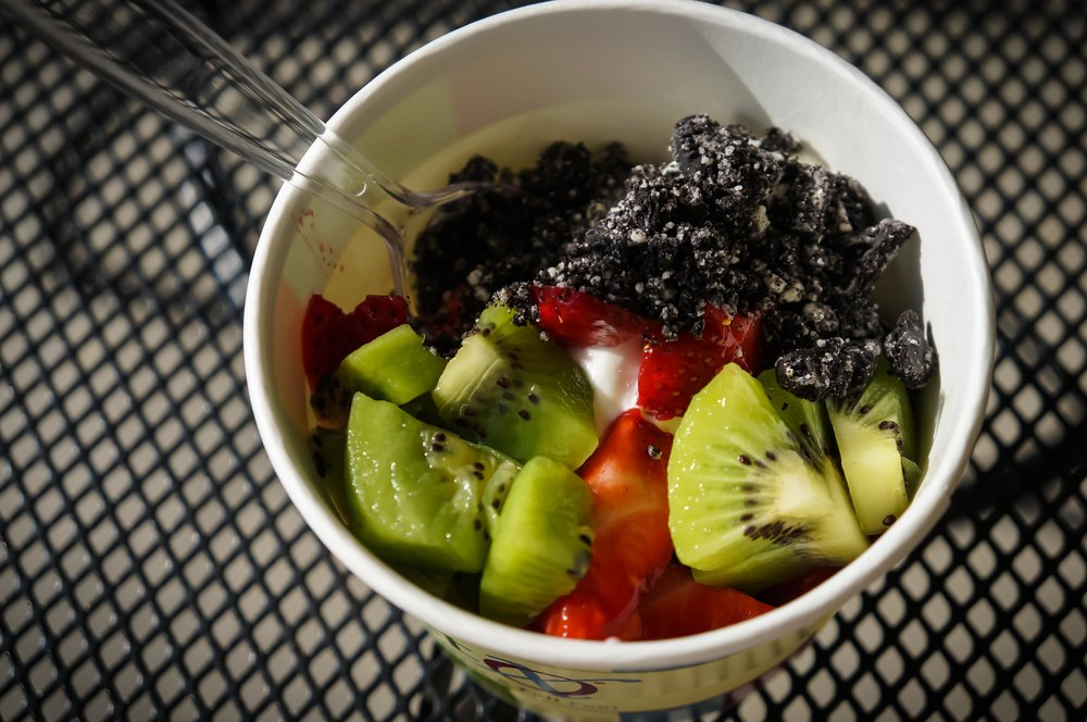 Frozen yoghurt with fruit and cookie crumbles.