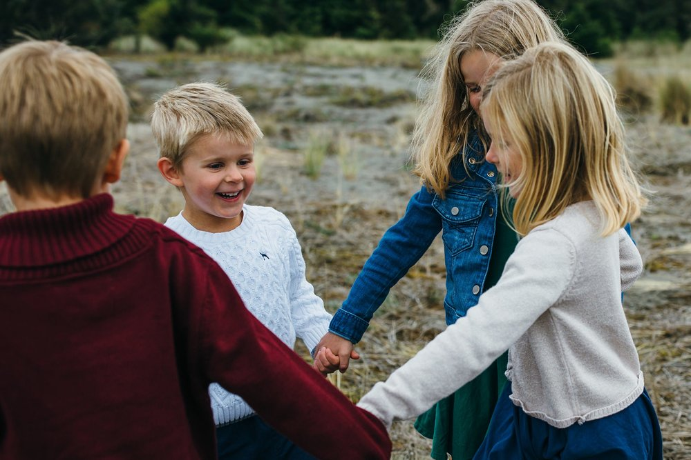 kara chappell whidbey island family photography siblings play ring around the rosy at park