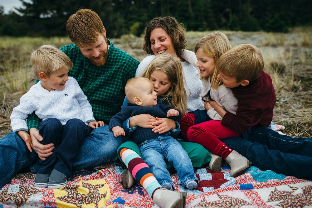 kara chappell whidbey island family photography family of seven snuggles on blanket at deception pass state park