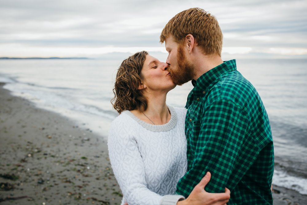 kara chappell whidbey island family photography mom and dad kiss on deception pass west beach