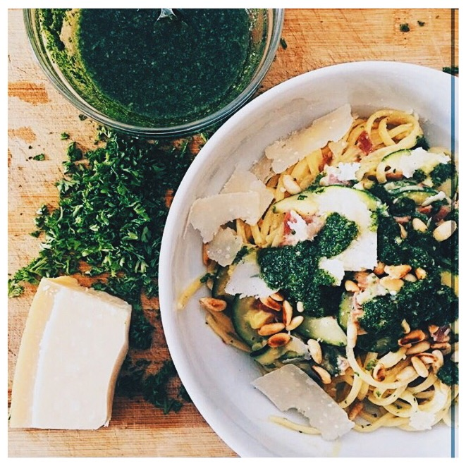 pasta bowl: Spaghetti carbonara met courgette en peterseliepesto @tombogman