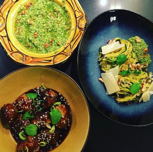 wat een feest!! small bowl: Gemberballetjes met soja, lente-ui en hennepzaad & pasta bowl:Spaghetti van courgette met basilicum-pecanpesto! @thijs.kevin