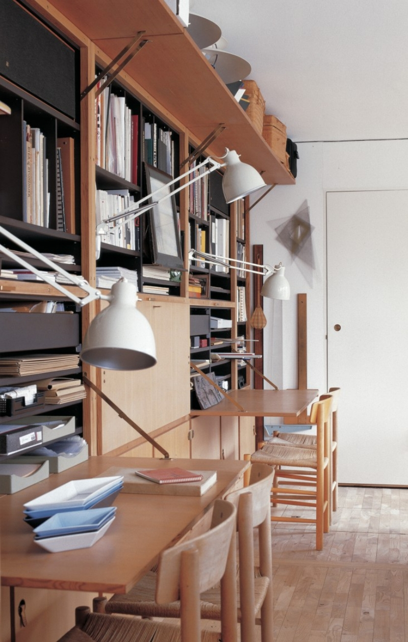 The Boligens Byggeskabe wall unit (1954-1959) designed by Grethe Meyer and Børge Mogensen paved the way for modular storage design and was an instant success. Here we see several iconic J39 shaker chairs by Børge Mogensen, and clever use of clamp on architects lamps.