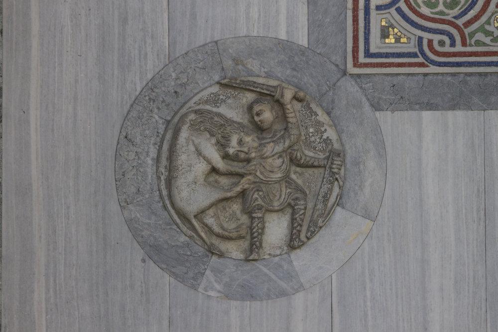 Combattimento fra uomo e leone  diam cm 55 Marmo greco, datazione incerta. sec. X-XIII? San Marco, Facciata Nord.