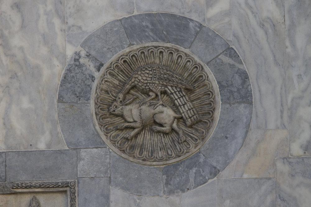 Aquila che becca sul capo leporide sottostante . diam. cm 53, 5  Marmo greco, datazione incerta. sec. X-XIII? San Marco, facciata nord
