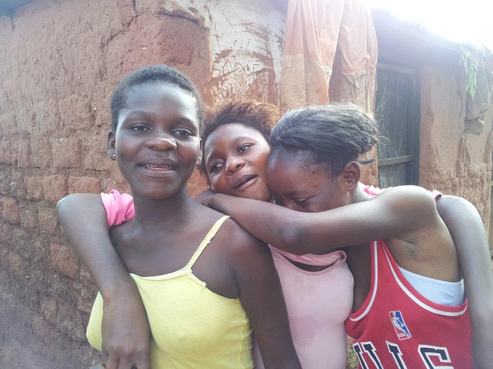 Venninene Mamy 15år, Mujinga 16år og Tschitenda 16år hviler om dagen og jobber om natten.jpg
