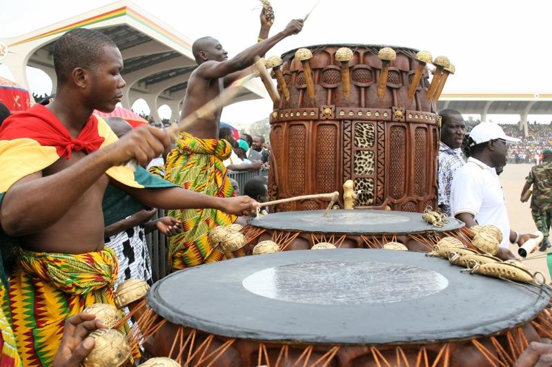 """Ashantiene i Ghana utviklet et avansert fonetisk lydspråk, Fontonfrom. Kommunikasjonsverktøyet brukes fremdeles selv om færre forstår """"språket"""" idag. Foto: Sweggs, Flickr"""