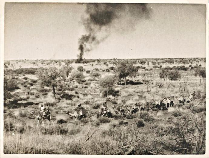"""Røyksignaler nær Uluru, Australia ca.1940. Signalene sier : """"fremmede har krysset over til nabo-territoriet"""". Foto:National Library of Australia"""