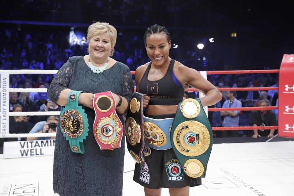 Det gikk nesten ti år før verdensmesteren Cecilia Brækhus fikk spille på hjemmebane. Her feirer hun med statsminister Erna Solberg, Foto:  ukjent