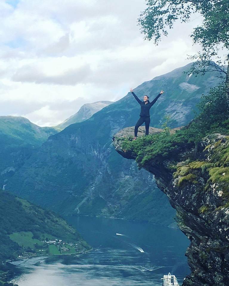 Tøff dame: Cecilia Brækhus koser seg på photoshoot. Hun har ikke hatt det enkelt bestandig. Foto:  ukjent