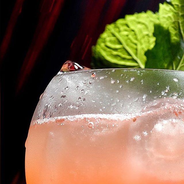 Strawberry Biiter Martini. Super Refrescante! Morango, orzata, suco de limão, espumante brut 👌✨ #sp #restaurantesp #jardins #alucci #aluccialucci