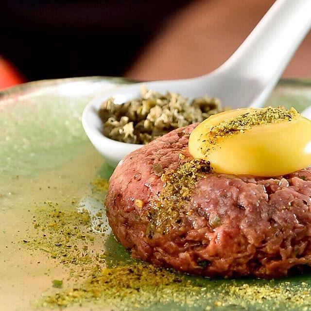 Que tal montar o seu próprio tartar de carne?! A carne vem acompanhada com uma gema de ovo,cebolinha e alcaparras. #aluccialucci #alucci #restaurantesp #sp #jardins