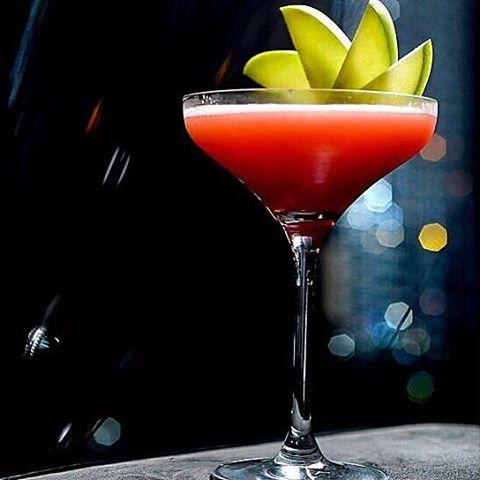Raspberry Martini - Grey Goose, creme de framboesa e nectar de maracujá. Do nosso cardápio Alucci drinks ✨ #aluccialucci #alucci #restaurantesp #sp #jardins