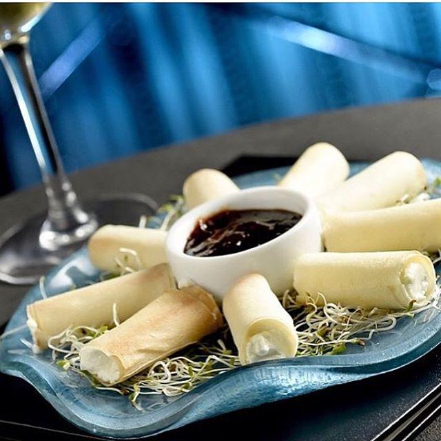 O 2º lugar entre nossas entradas são os rolinhos de queijo de cabra. Feitos com massa folhada, ficam super leves! E ainda acompanham nossa geleia caseira de melão e pimenta!