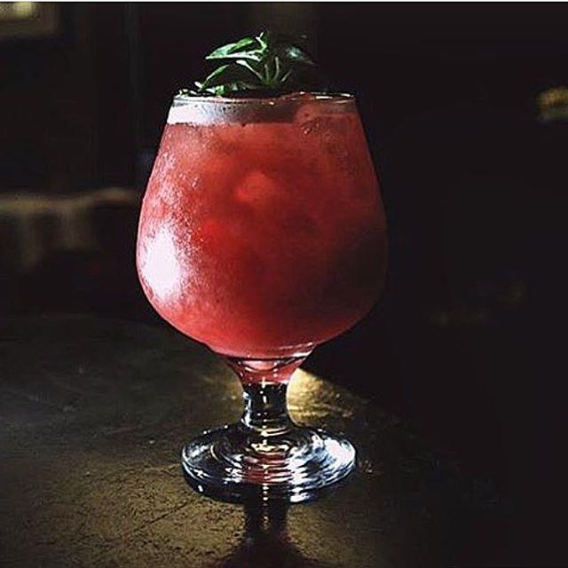 """Na 2º posição está uma criaçao exclusiva do Alucci, o """"Haru"""". Esse drink leva framboesa,lichia e limão siciliano, finalizado com espumante Brut! O resultado? Uma bebida leve e muito refrescante!"""