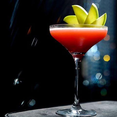 E em primeiríssimo lugar nosso majestoso Raspberry Martini, preparado com vodka,creme de framboesa e néctar de maracujá