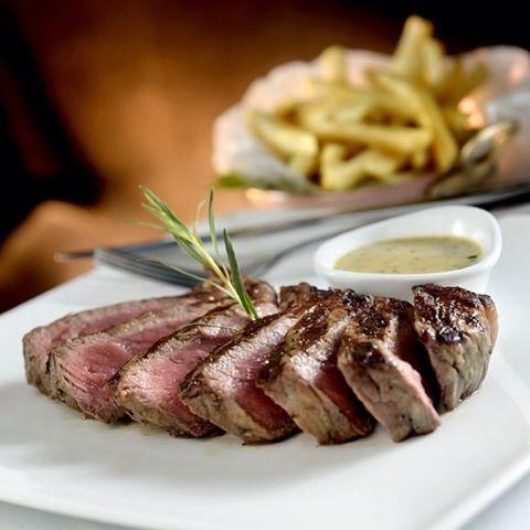 Em nossa seleção de carnes, nosso Entrecote Premium, ao molho de mostarda com estragão e batatas xadrez, ocupando a terceira posição.