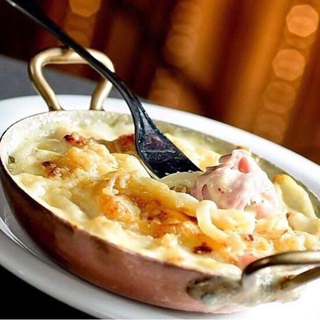 Linguini, molho branco, queijo, presunto e uma camada de queijo gratinado. Essa delicia existe e chama se Linguini Cipriani e é um sucesso aqui no #aluccialucci