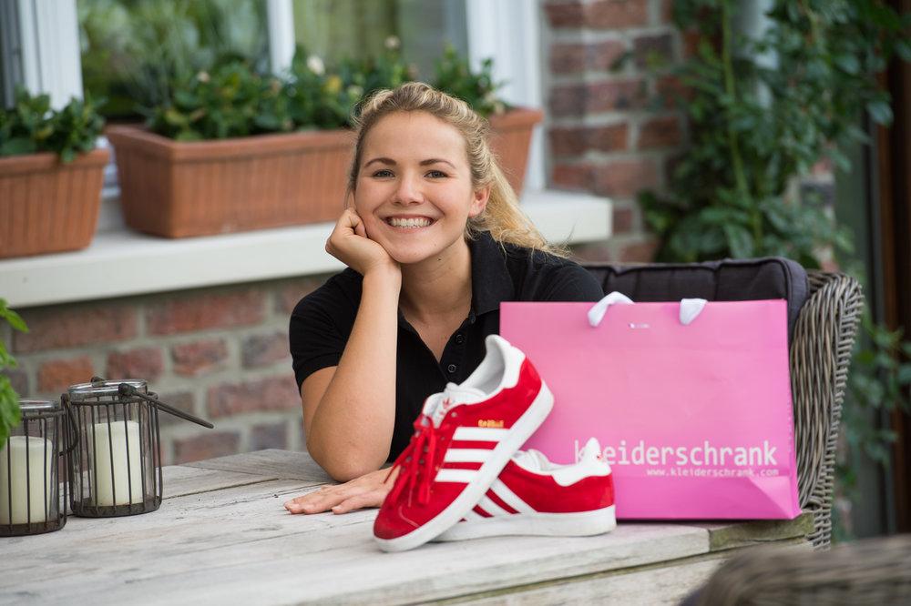 Und weil es jetzt nur noch ein Laden für Frauen und junge Ladies ist: PINKE Tüten! Machen sich auf jeden Fall gut, neben meinen roten Gazelle von Adidas