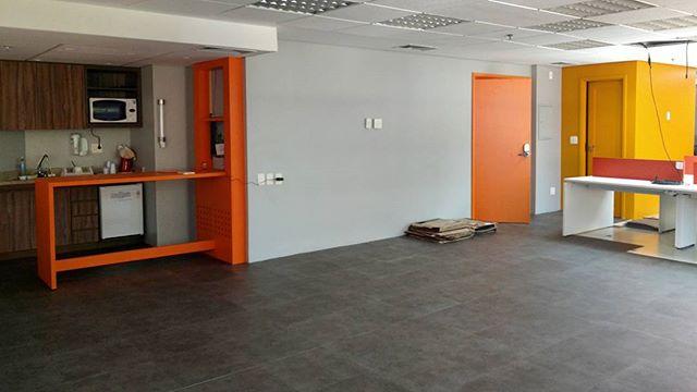 Finalizando a colocação do piso vinílico. Trocamos todos os revestimentos para deixar um ambiente mais divertido nessa empresa de T.I.  #architecture#fun#office#reforma#interiores#arquitetura#escritório#ti#tech