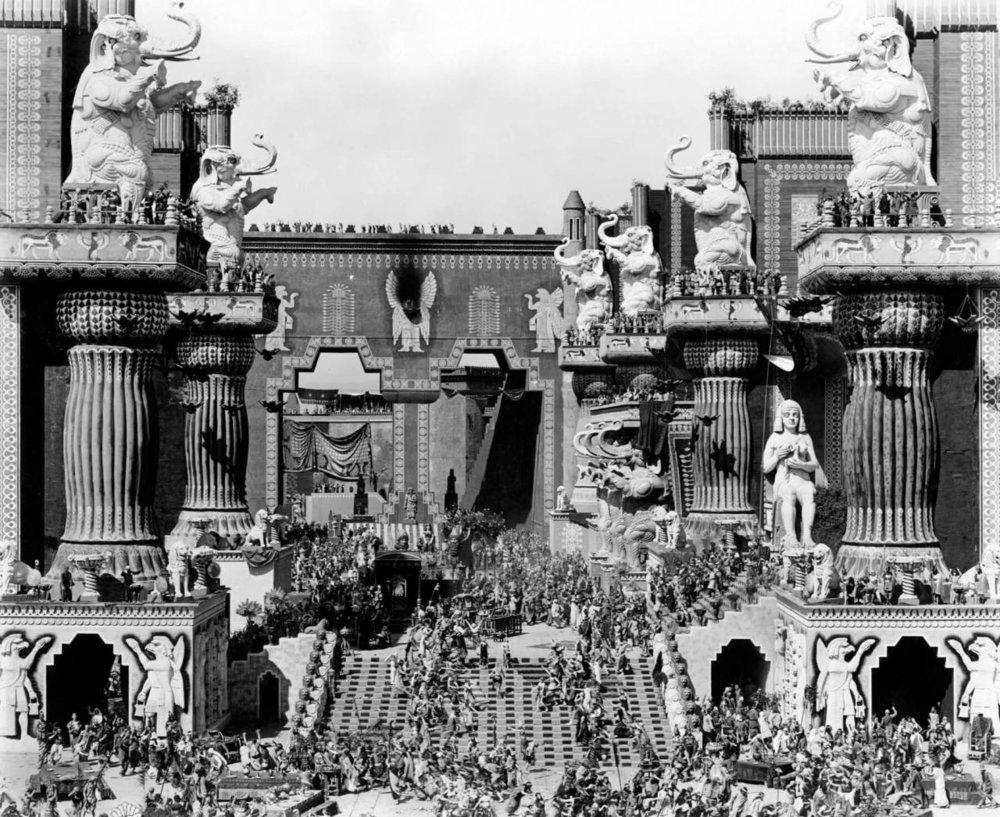 La filmación de INTOLERANCIA en el set de LAS PUERTAS DE BABILONIA