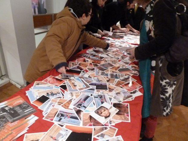 Vente de cartes postales pour soutenir l'exposition