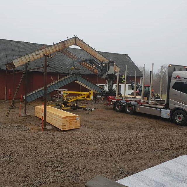 Kicka upp lite takstolar på @lennyimaa 's blivande maskinhall idag.