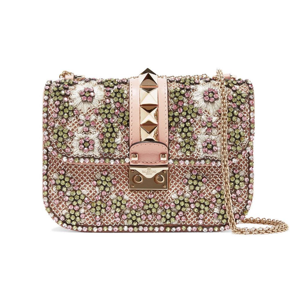 """Cubierta de cristales y perlas, la cartera """"Lock"""" de Valentino, es uno de los accesorios más lindos de la colección de la firma italiana. Hecha de cuero color """"blush"""", está envuelta de tulle bordado y lleva en el centro, el característico detalle del """"rockstuds"""".    www.valentino.com"""