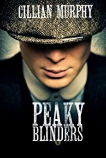 Con cuatro temporadas,  Peaky Blinders , es una serie inglesa que se estrenó en 2013. Cuenta la historia de una familia de criminales, los  Peaky Blinders , que dominan la cuidad de Birmingham y sus alrededores. Gracias a su aspecto cinematográfico, a la complejidad de sus personajes, a la impecable interpretación de los actores, así como por un soundtrack voluntariamente anacrónico, ya es considerada una serie de culto.   www.netflix.com