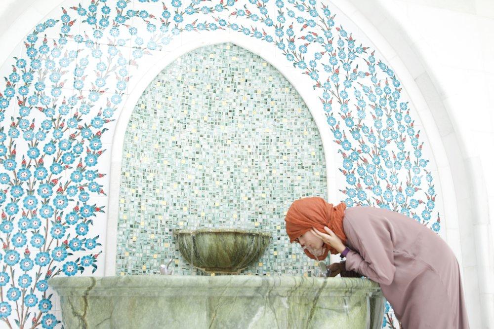 La fuente de los aseos en la mezquita de Abu Dhabi.