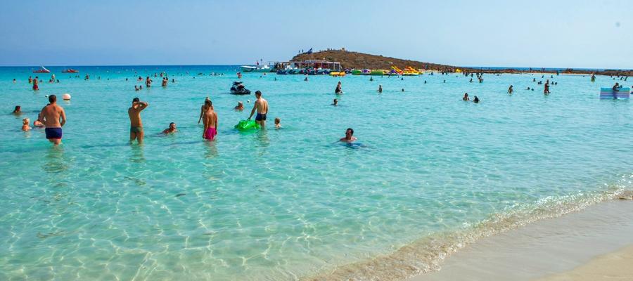 Preciosa agua transparente y calentita de la playa de Nissi. Crédito de foto::  visitcyprus.com