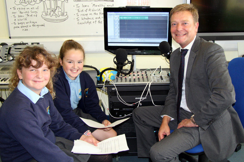 CM1 with young reporters from AAA Radio station at Newington Community Primary School Sept17.jpg
