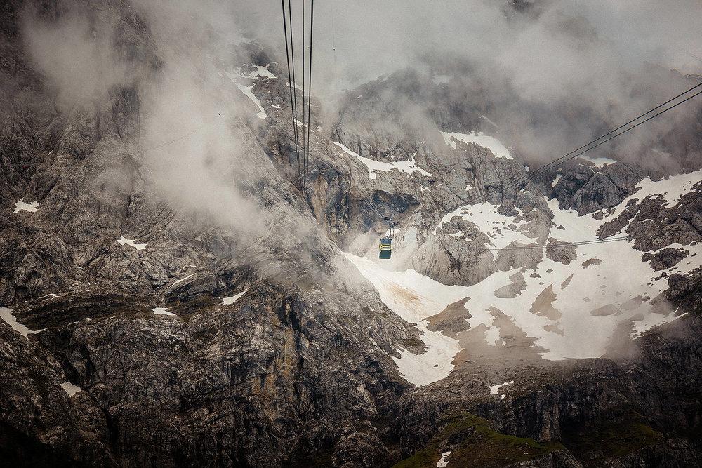 Einer der ungewöhnlichsten Location unserer Reise: mit dem 2,4-Meter-Sammelschiffchen in der Gondel auf dem Weg zum Gipfel Zugspitze.