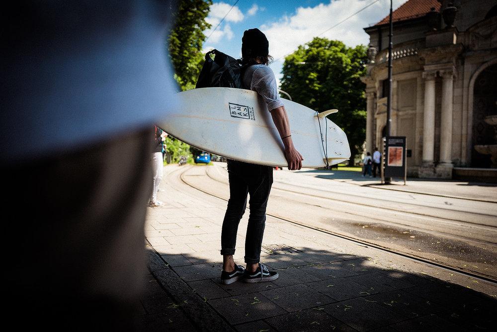 Surferleben in München: die #Bootstour zu Gast an der Eisbachwelle.