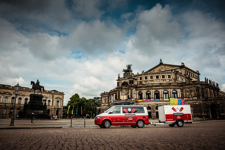 """The entire #Bootstour-Cart in front of the """"Semperoper"""" in Dresden."""