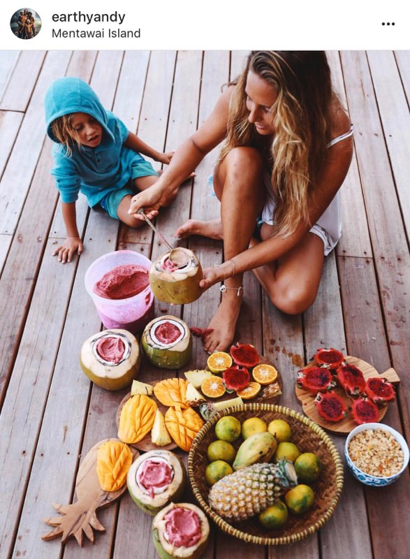 @earthyandy - Hawaii based foodie mama. Need I say more? Andrea is a plant-based foodie  who shares incredible healthy recipes and adventures with her adorable surfer family. Her page is full of bright colors with a lot of contrast so there is a dark vibe. I love the way she edits her photos and I want to eat/drink every one of her smoothies!