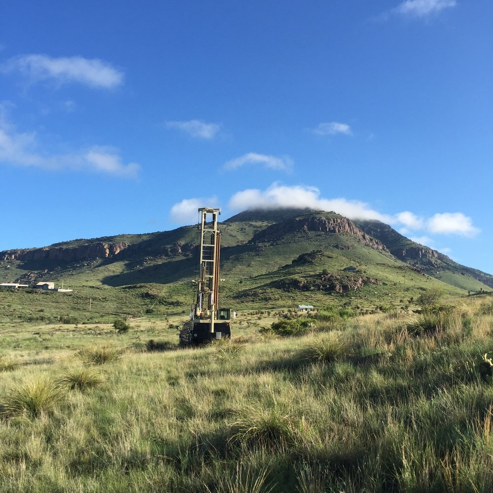 The rig, with Blue Mountain in the background.