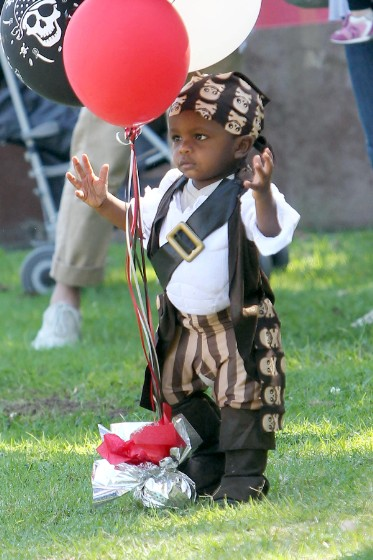 PIRATE_MAMA_Sandra_Bullock_wears_a_pirate_hat_as_she_takes_her_son_Louis_to_a_pirate_themed_party_in_the_park-373x560.jpg