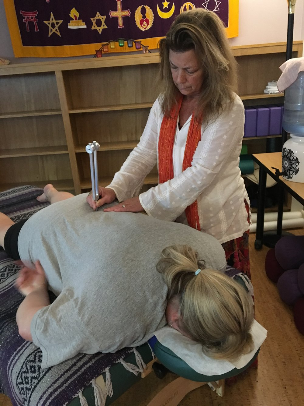Linda McCue practices with Otto 128 tuner (increases the production of nitric oxide, increasing circulation and reducing pain and inflammation)