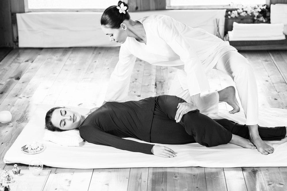 Le massage yoga thaï, affectueusement appelé le « yoga des paresseux », apporte une foule de bienfaits physiques et énergétiques et un grand bien-être. Inventé par le médecin du bouddha, vous pouvez vous attendre à recevoir les bienfaits d'une pratique de yoga et ceux d'un massage en même temps! - - Jannie Bolduc