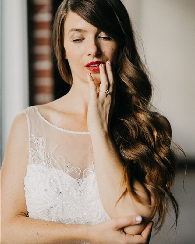Elegant and minimal bride goals, thanks to the stylistic skills of @kellithomsen and her team. Thanks @keeneventspdx for inspiring this day and @baxterlove_ for being so gorgeous and a sweet soul. #bridegoals #2019bride