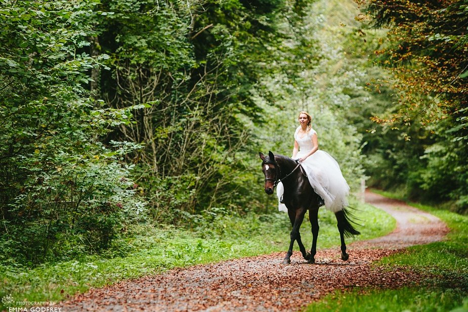 Bridal-portraits-horse-forest_0005.jpg