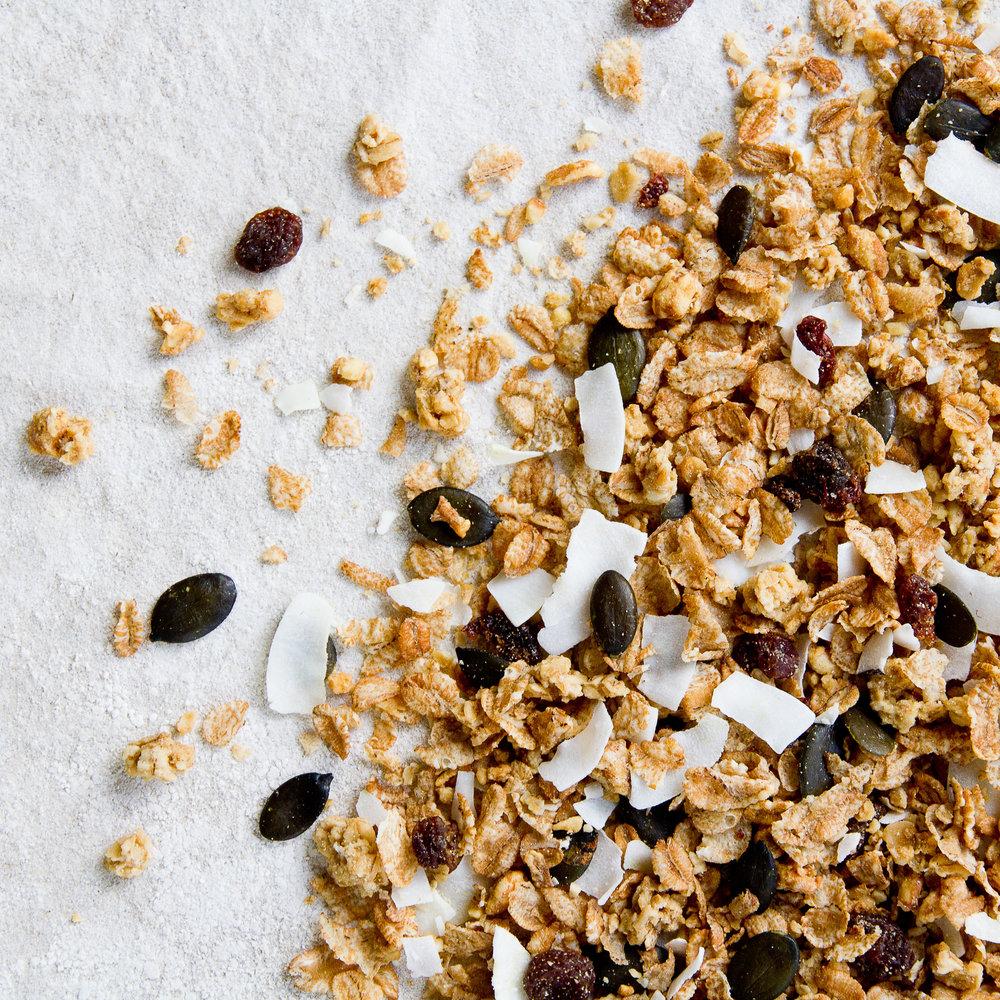 - Frokost Nøtter er en deilig frokostblanding hvor mandler, hasselnøtter og havregryn er bakt sammen til en crunchy som gir en herlig knasende følelse og en nydelig nøttesmak.Frokost Nøtter er en sunn og balansert blanding som gir en solid frokostopplevelse.Inneholder havregryn, solsikkeolje, rørsukker, fullrørsukker, kokos, usøtet speltpops, hakkede mandler, hakkede hasselnøtter, Himalayasalt, speltflak, Sultanarosiner og gresskarkjerner.EPDnr 4842787   Kjøkkenhagen