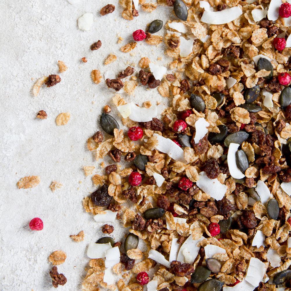 - Frokost Nøtte-Sjokolade er en frokost-blanding hvor havregryn og hasselnøtter er bakt til en knasende crunchy. Kakaopulver og sjokolade gir en lett mørk sjokoladesmak. Ripsbærene gir fin farge, og en ekstra syrlig spiss som løfter smaksopplevelsen ytterligere ett hakk.Inneholder havregryn, hasselnøtter, rårørsukker, solsikkeolje, rørsukker, kokos, usøtet speltpops, kakaopulver, sjokolade, Himalayasalt, speltflak, ripsbær, Sultanarosiner og bakte gresskarkjerner.EPDnr 4849162   Kjøkkenhagen