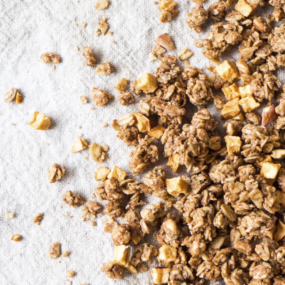 - Crunchy Eple-Kanel er en knasende sprø frokostblanding bakt. Crunchyen er bakt med jordmandler, en høy andel honning og kanel, samt hele 7% tørkede, sprø eplebiter. Dette gir en herlig aromatisk smaksopplevelse.Inneholder havregryn, solsikkeolje, fullrørsukker, rårørsukker, tørkede eplebiter, usøtet speltpops, sammalt speltmel, jordmandler, kanel og Himalayasalt.EPDnr 2793511  BioKing