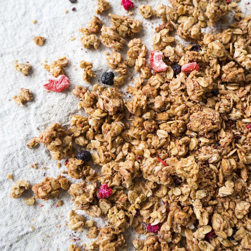 - Crunchy Bær er en herlig frokostblanding som er rik på bær. Crunchyen bakes håndverksmessig i Kundl i de østerriske alpene. Etter bakingen tilsettes 3% tørkede bær. Disse premium bærene er bringebær, bjørnebær, jordbær og blåbær.Inneholder havregryn, solsikkeolje, fullrørsukker, kokosflak, rørsukker, usøtet speltpops, sammalt havremel, frysetørkede bær og Himalayasalt.EPDnr 2057586  BioKing