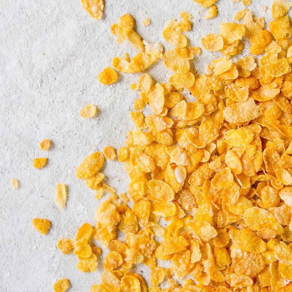 - Cornflakes lages på en naturlig og tradisjonell måte med skånsom tørking. De blir ikke ekstrudert og beholder gode egenskaper. De er knasende sprø, og smaker litt søtt av mais og malt. De egner seg veldig godt alene eller sammen med andre av våre Frokost-, Crunchy- eller Müsliprodukter.Inneholder mais, rårørsukker, Himalayasalt og byggmaltekstrakt.EPDnr 2056422  BioKing