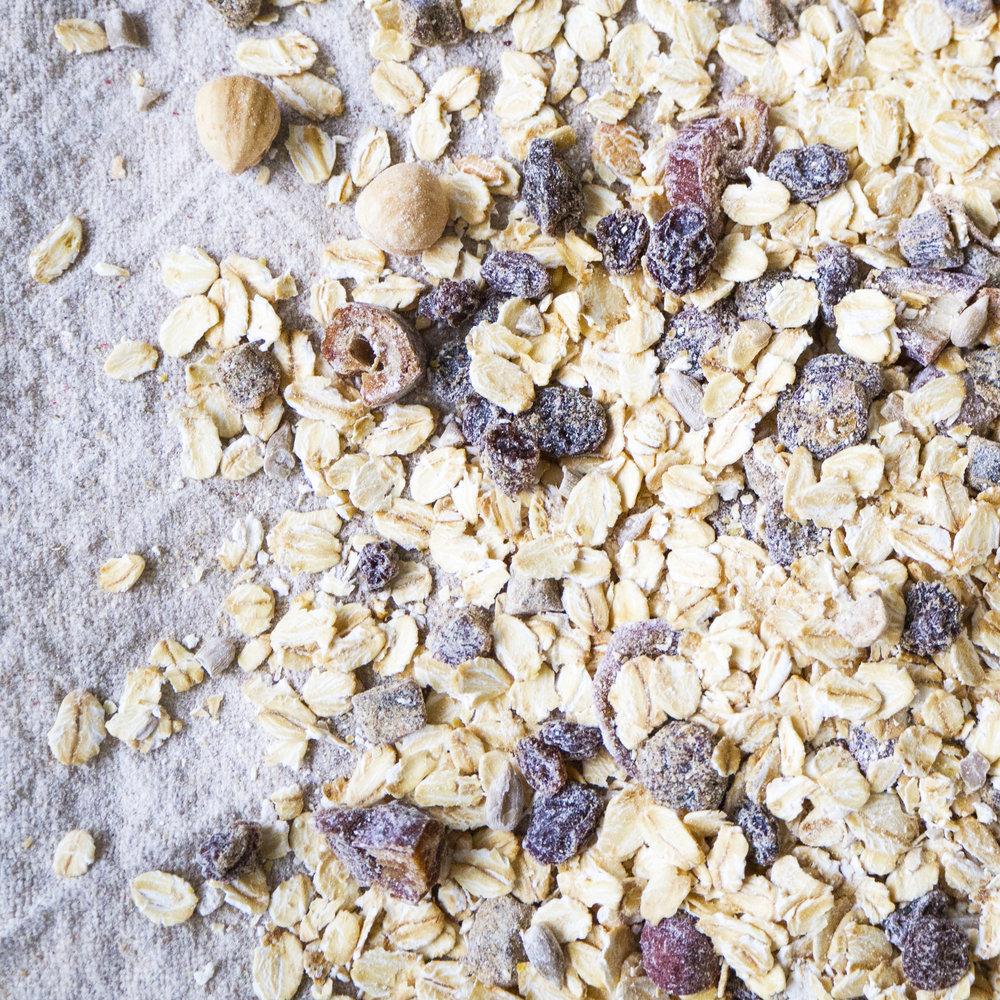 - Müsli Frukt er en frokostblanding med høy andel (45%) av tørket frukt og nøtter. Kombinert med en kornblanding av høy kvalitet, gjør dette Müsli Frukt til et balansert og sunt måltid. Dette er en verdifull kilde til energi!Inneholder havregryn, Sultanarosiner, tørkede aprikoser, dadler, tørkede bananer, ristede hasselnøtter og solsikkefrø.EPDnr 2058733  BioKing