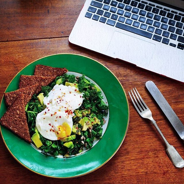 Who else is having a desk lunch? Garlicky kale and poached egg salad w/ rye bread for us 👌 #CapeLife
