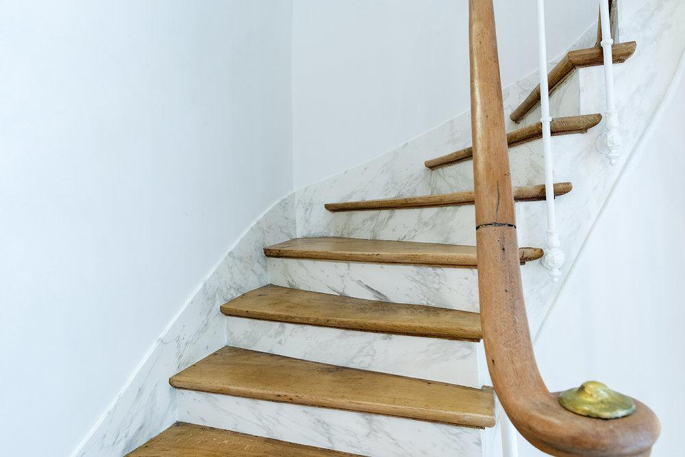 .... —Escalier détails marbrés, Mathias Kiss .. —Marble-detailed stairs, Mathias Kiss ....